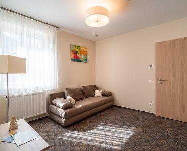 Easy-Hotel-heviz-szoba-kanapeval
